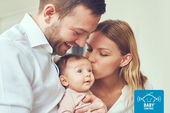 Padres con recién nacido entre sus brazos
