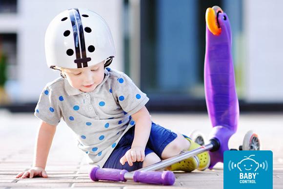 Niña jugando con patinete con casco