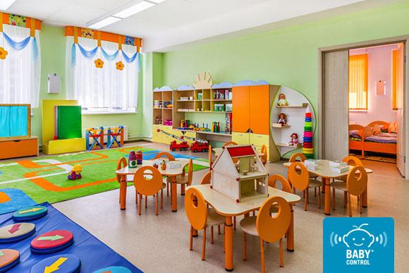 Aula de escuela infantil ordenada sin niños