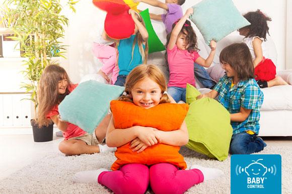 Niños jugando a la guerra de almohadas