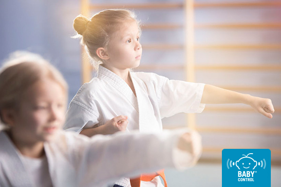 Niñas con kimono practicando artes marciales