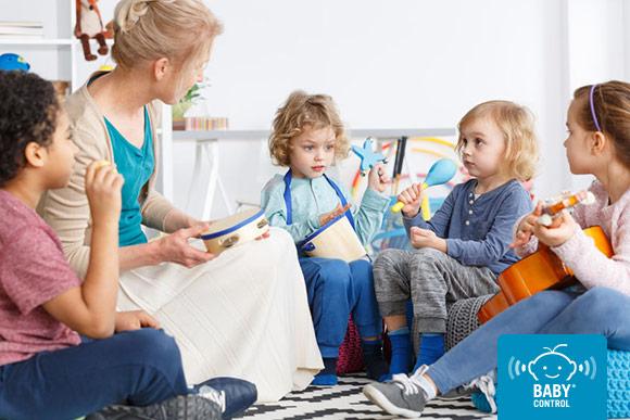 Niños tocando instrumentos en la escuela infantil