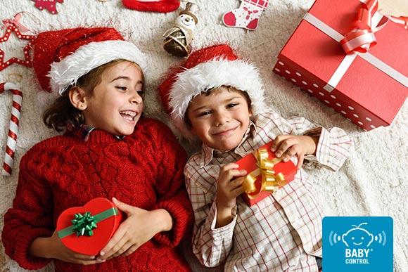 Niños sonriente con un regalo de Navidad