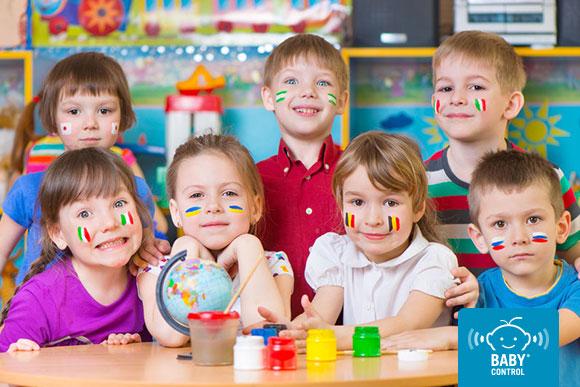 Niños banderas de diferentes países pintadas en la cara en la escuela infantil