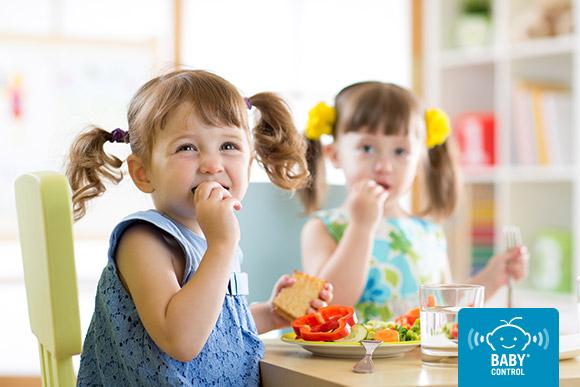 Niñas comiendo comida saludable