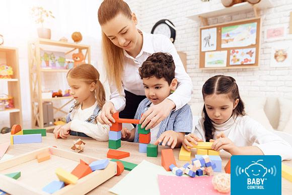 Niños jugando con bloques geométricos en la escuela infantil