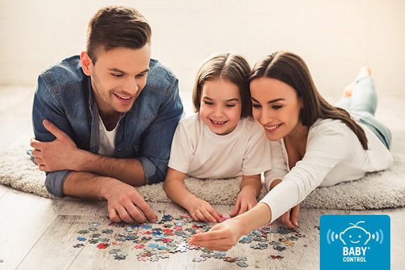 Familia haciendo un puzzle en casa