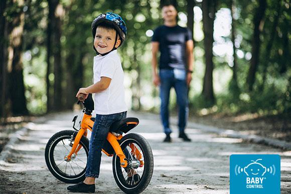 Niño montando en bici