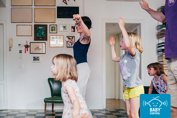 Familia bailando frente al televisor