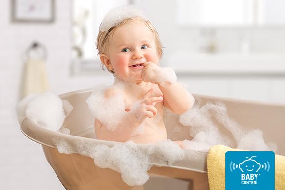 Bebé en su baño con espuma