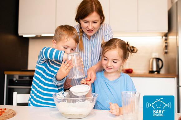 Niños cocinando con su mamá en la cocina