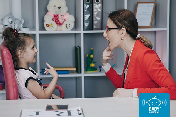 Mamá enseña a su hija pronunciación mediante juegos