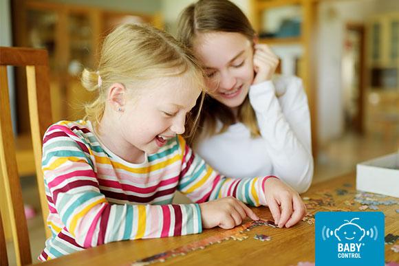 Niñas haciendo un puzzle en su casa