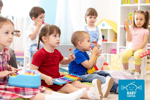Niños en una lección musical en la escuela infantil