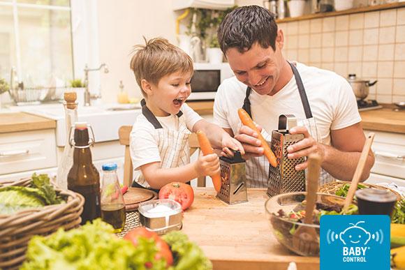 Niño cocinando con su papá