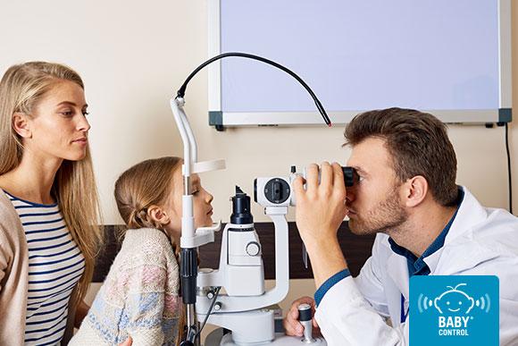 Niña haciendo una revisión de los ojos en la consulta de un oftalmólogo