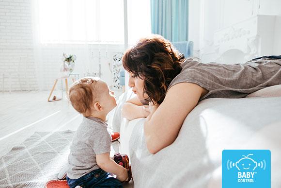 Bebé mirando a su mamá en su hogar