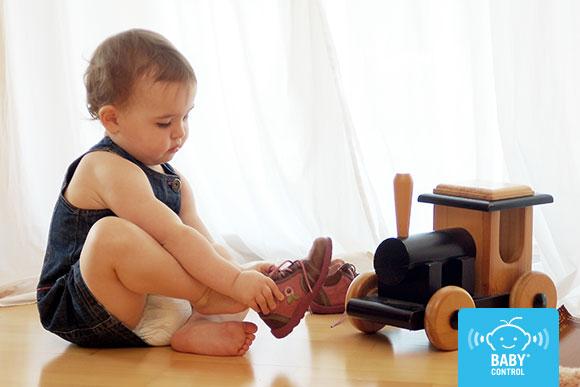 Bebé se pone sus zapatos