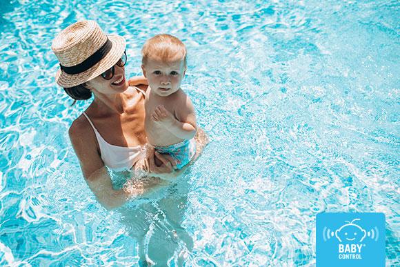 Mamá con su bebé en la piscina