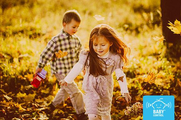 Unos niños juegan al aire libre en un paisaje otoñal